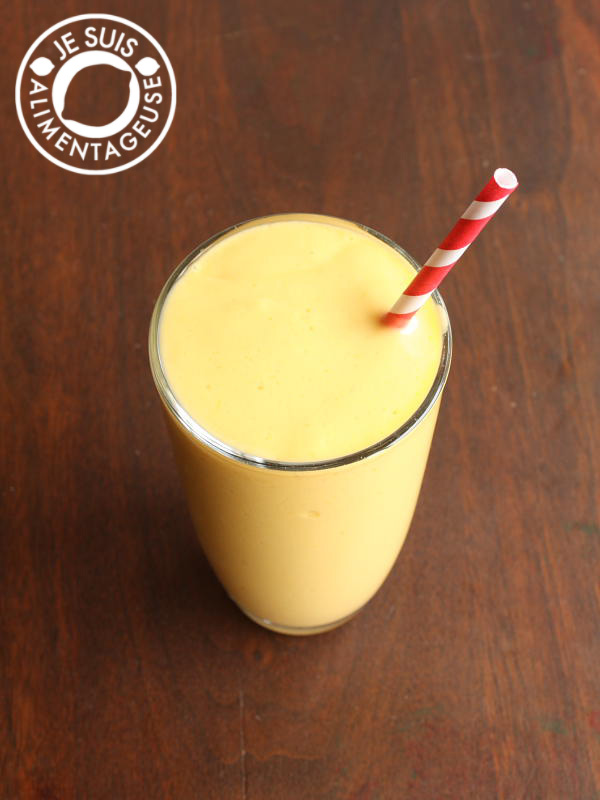 Fresh mango lassi recipe for a tropical treat from alimentgeuse.com #mango #dessert #smoothie #drink