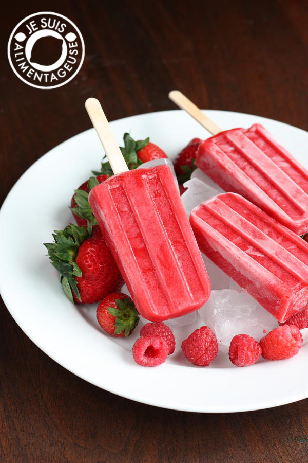 #Strawberry #Raspberry #Popsicles from alimentageuse.com. Perfect for a bright summer day! #vegan
