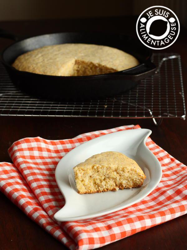 Vegan Skillet Cornbread | alimentageuse.com #cornbread #bread #cornmeal #polenta