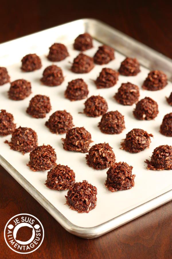 Vegan Chocolate Coconut Macaroons | alimentageuse.com #vegan #cookies #christmas #coconut