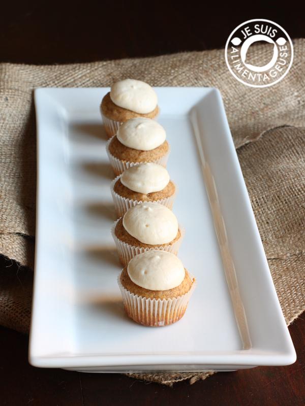 Vegan Pumpkin Cupcakes with Cream Cheese Icing | alimentageuse.com | #fall #pumpkin #vegan