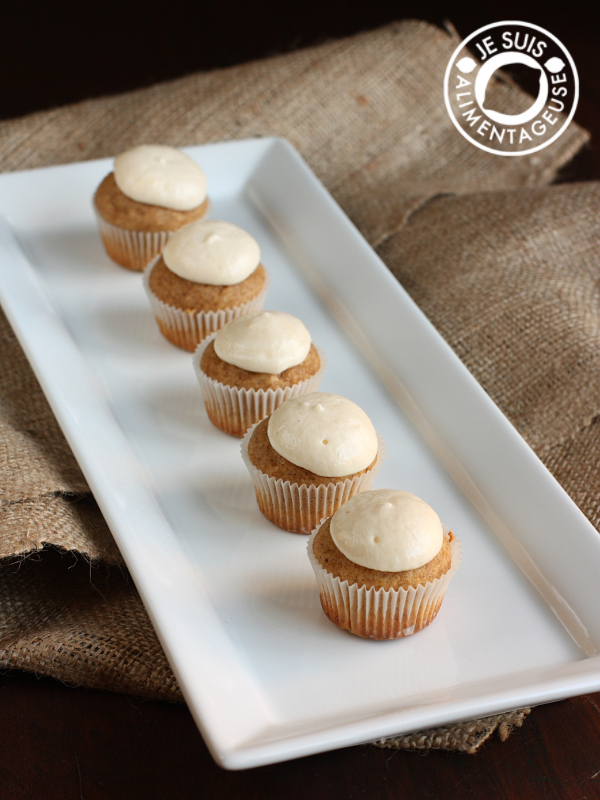 Vegan Pumpkin Cupcakes with Cream Cheese Icing | alimentageuse.com | #fall #pumpkin #vegan