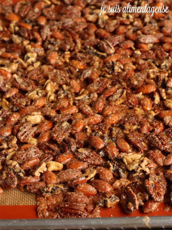 Spiced Maple Roasted Nuts - a perfect gift or a great fingerfood for a potluck or party!   alimentageuse.com #appetizers #snacks #vegan #glutenfree