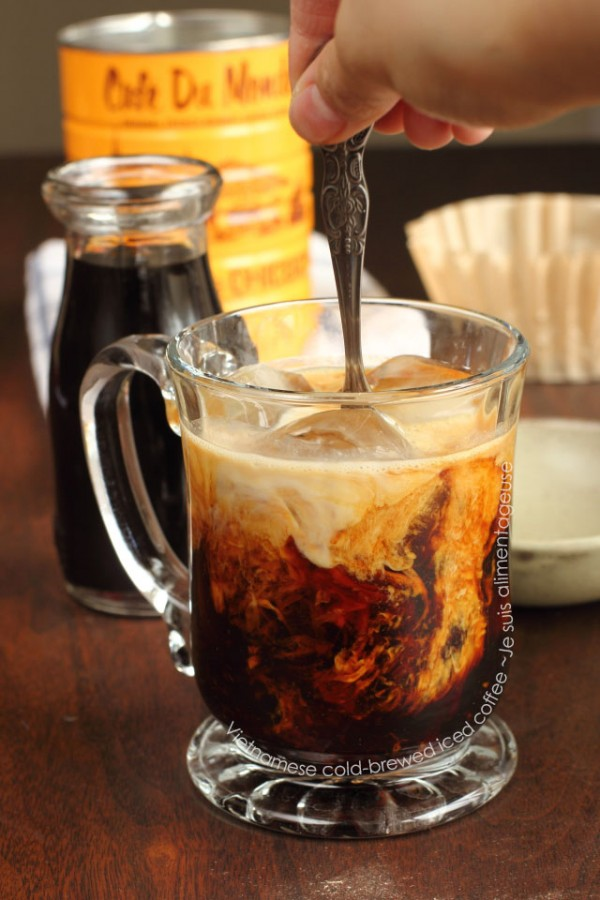 Vietnamese Cold-Brewed Iced Coffee - Sweeter than hot-brewed, dark, and woody! | Je suis alimentageuse | #vegan #coffee #Vietnamese