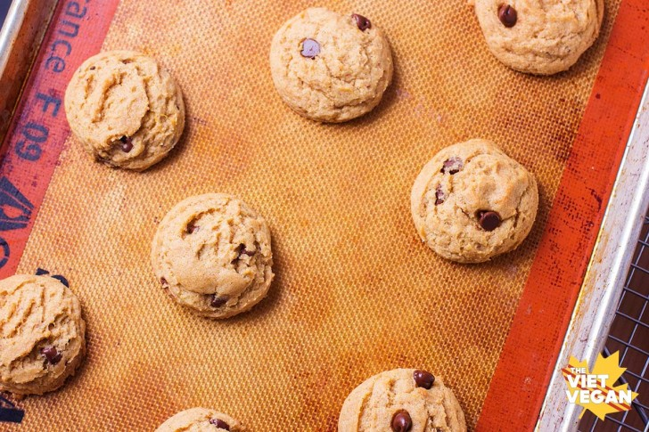 Vegan Pumpkin Spiced Chocolate Chip Cookies | The Viet Vegan | Soft, chewy, spiced with bursts of chocolate that will make your tastebuds swoon =)