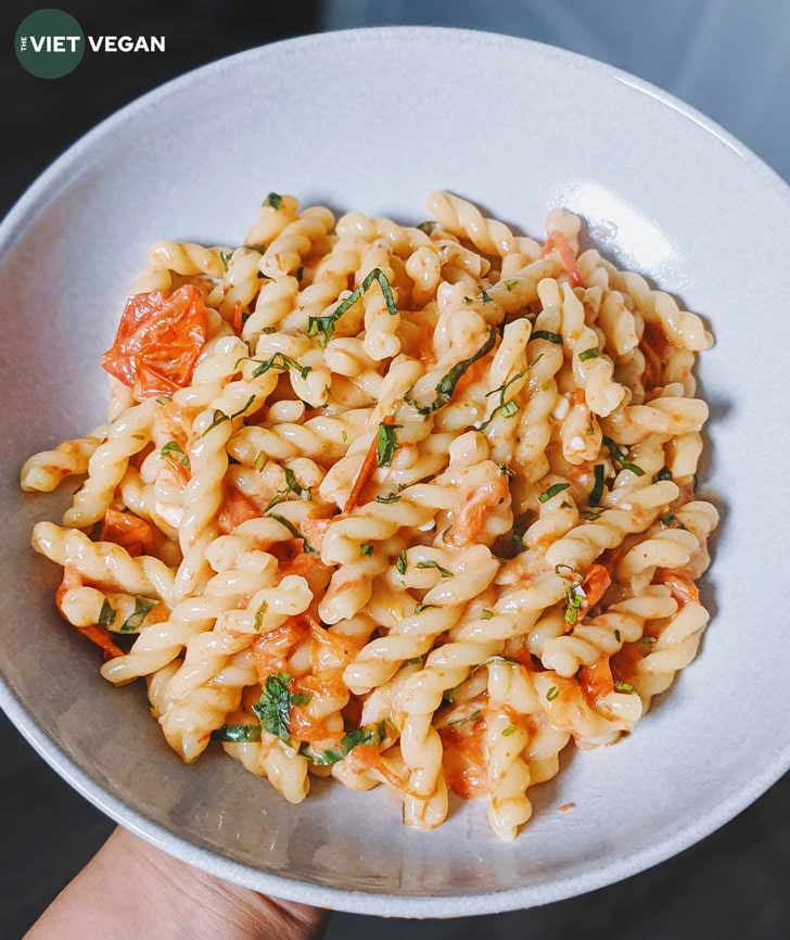 a serving of pasta in a bowl,